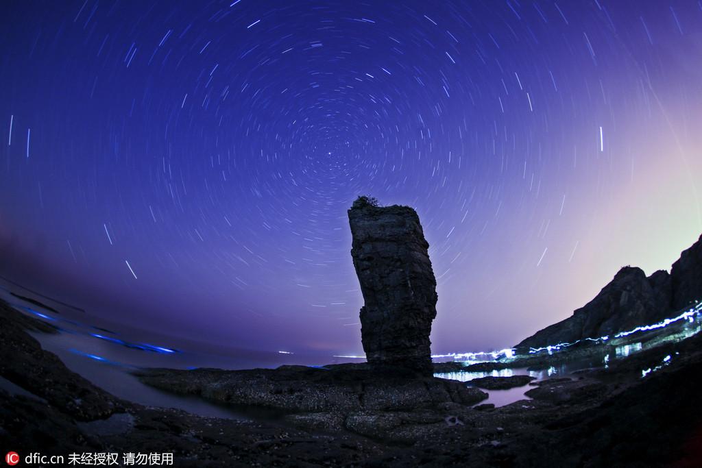 مناظر نادرة.. بحر داليان زجاجي يشبه نهرا من النجوم